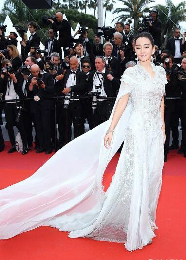 戛纳电影节华语女星中穿得最少的是奚梦瑶,但周冬雨最节约布料