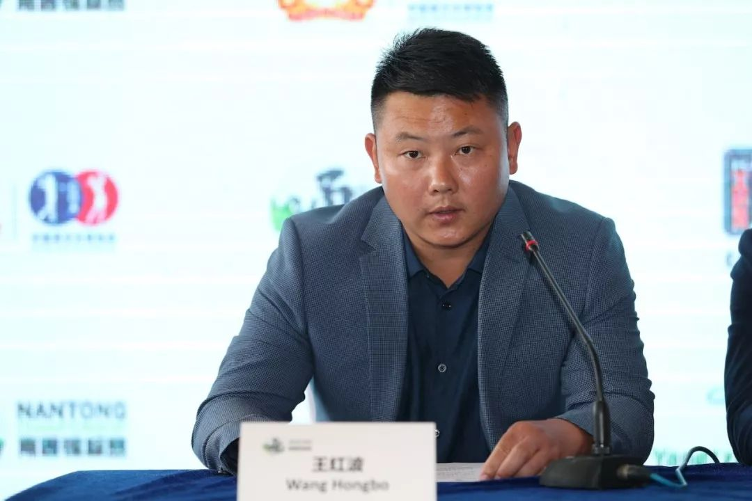 南通长江高尔夫俱乐部举行比赛,球会的各项设施都非常完美,球场的长江
