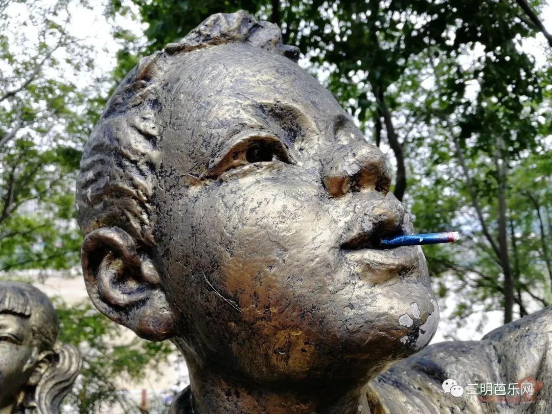惊!居然有人对公园雕像做出这样的行为...