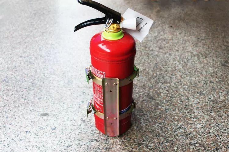 干粉灭火器   针对火灾的严重性,干粉灭火器也分为两种,普通干粉灭火器和超细干粉灭火器.