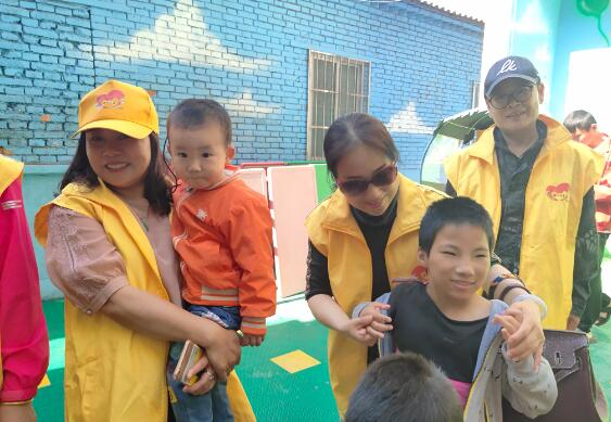 """给特殊儿童一个多彩的世界—""""爱的拥抱,感受收获的快乐""""公益活动"""