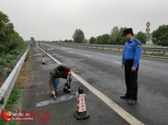 南京一商家在高速路上喷涂小广告 被罚款300元