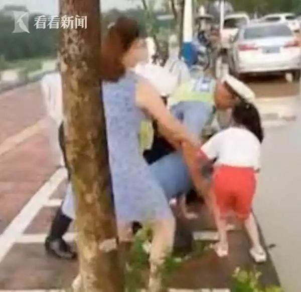 【1024·关注】9岁女孩跪地哭求交警不要打爸爸?警方通报来了