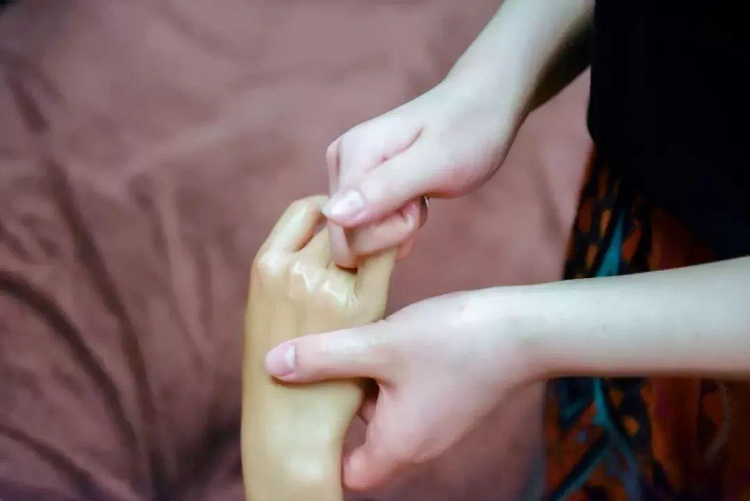 体育 正文  首先是腿部按摩,技师双手沾上精油轻搓均匀,熟练地把精油