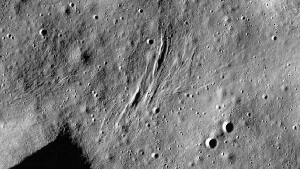 玉兔二号苏醒,发现新的撞击坑.填满需要十亿年