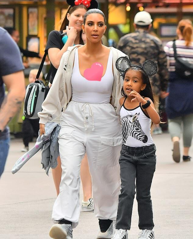 金卡戴珊带5岁女儿出街,穿白裤身材变五五分!女儿潮范儿不输妈
