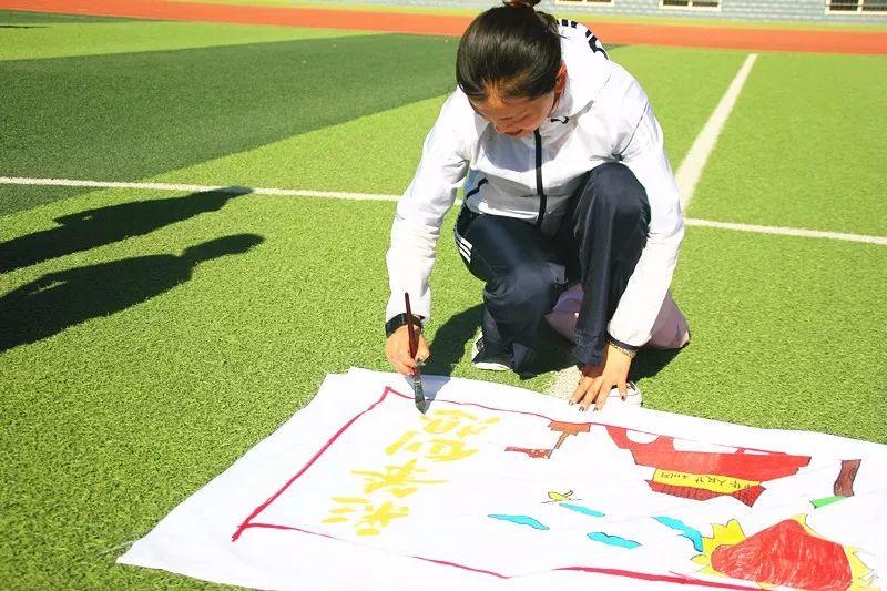 澄城实验学校开展 忆初心,绘梦想,翰墨丹青颂祖国 庆祝建国70周年百米长卷主题绘画活动