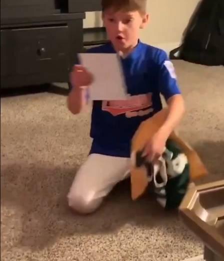 温暖!小球迷写信支持字母哥 雄鹿超巨回赠球衣签名照