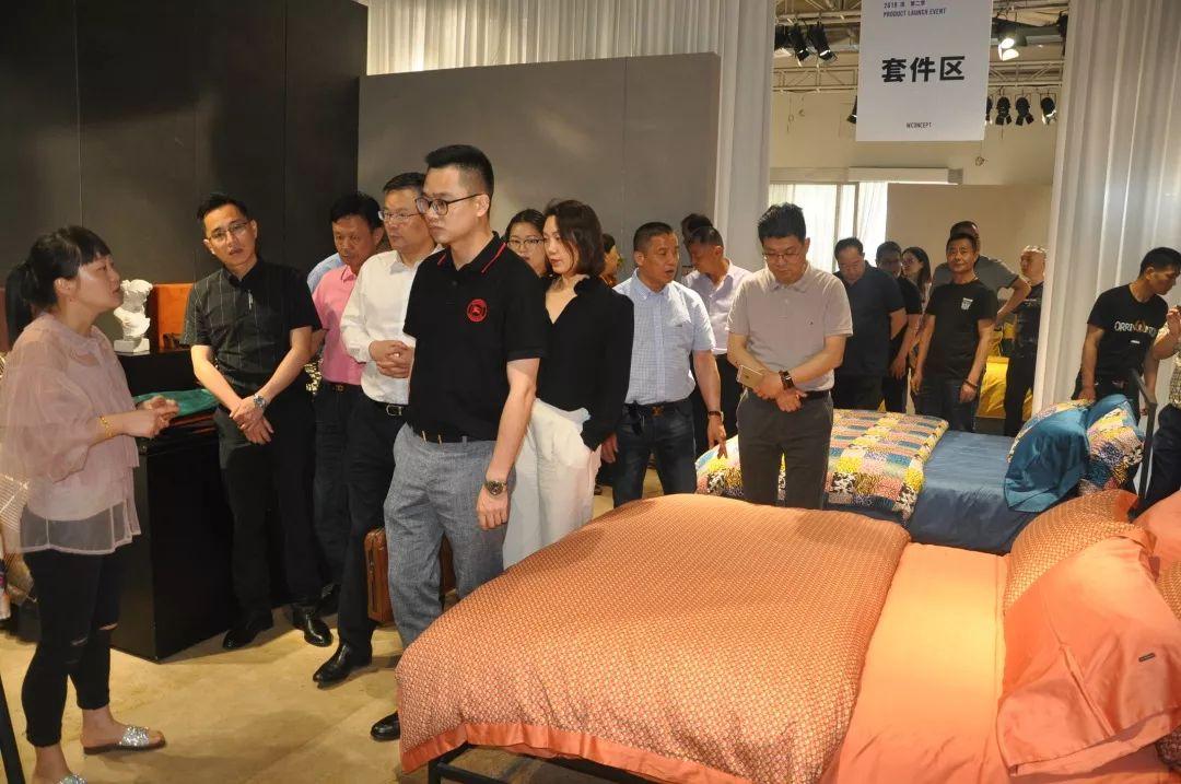 参观南通家纺城的蔚澜纺织公司展示厅,听取产品销售和经营情况
