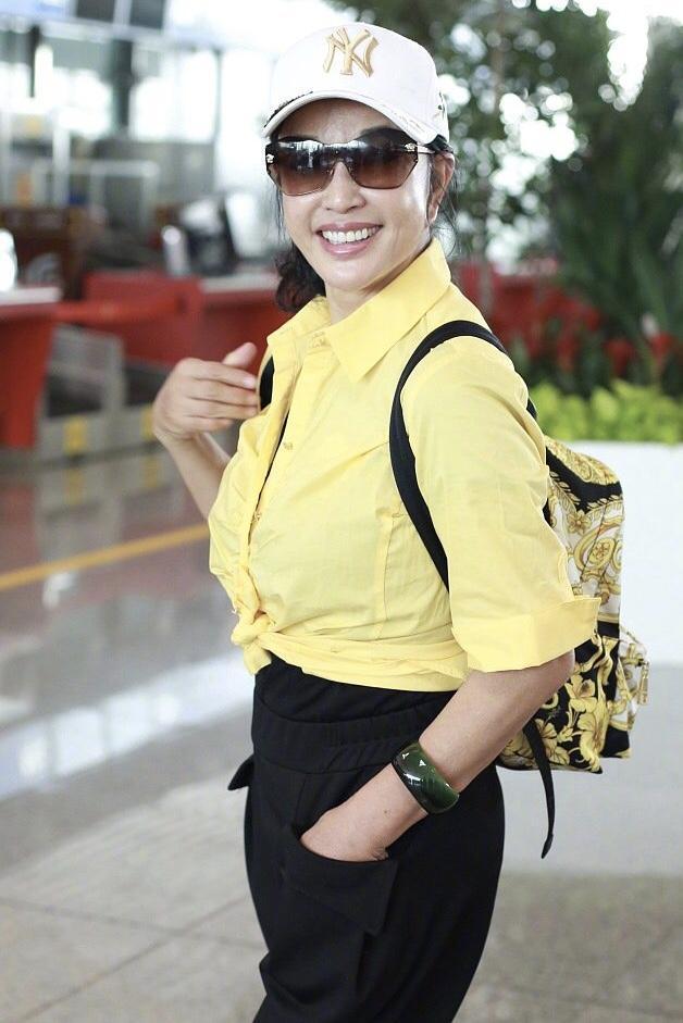 原创            刘晓庆挺会扮嫩,黄衬衫打个结就时髦了,比赵雅芝露腿好看!