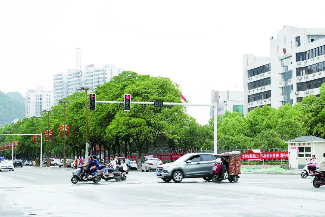 """圆盘拆除,这个路口的交通信号灯""""上岗""""啦~"""
