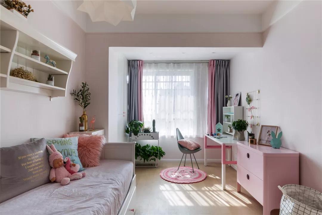 新房装修,客厅巧用一墙隔两房,多出一房真实用