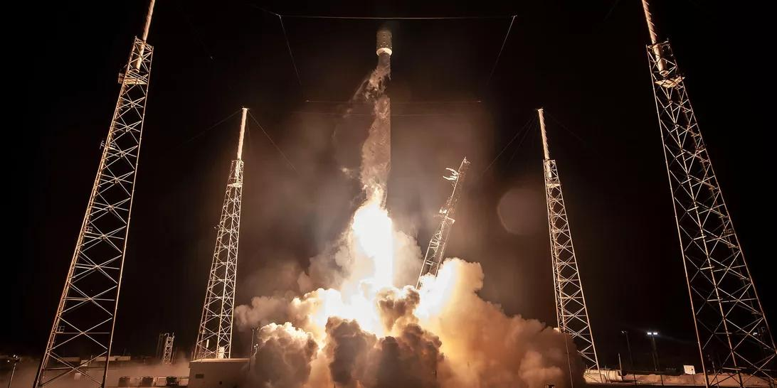 SpaceX首次成功发射第一批60颗卫星送入轨道