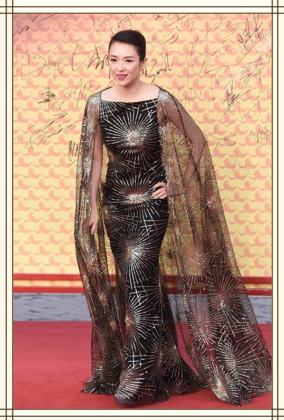 <b>章子怡不走少女路线了,背头+披风裙霸气十足,40岁最美的样子</b>