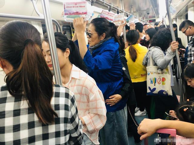 倪萍果然很朴素,出行还做地铁,暴瘦之后打扮时髦也无人识!