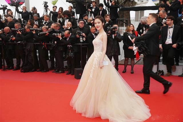 女演员走戛纳红毯被错认成关晓彤,网友:她的颜值丝毫不输关晓彤