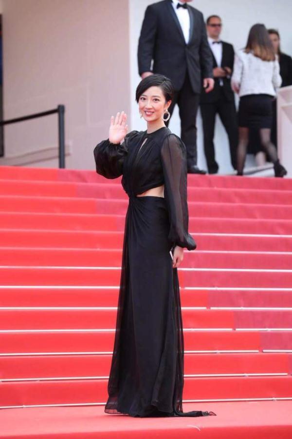 杜纶镁在国外穿纱裙出尽了风头,一黑一白美的大气!