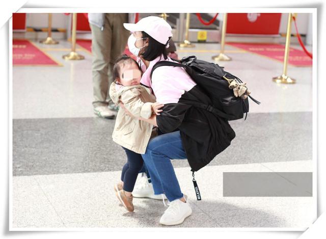 朱丹带娃和不带娃走机场差距大,一个时髦少女,一个朴实妈妈!