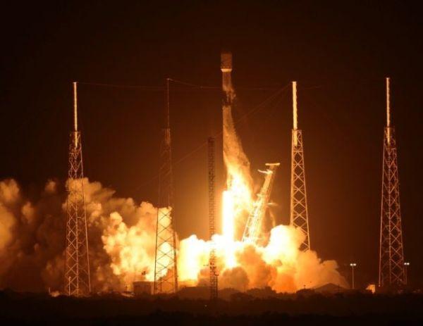 """一箭发射60颗卫星!英媒:SpaceX开始打造""""太空互联网"""""""