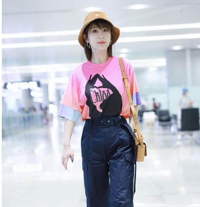 杨紫身穿粉色印花T恤搭配深色休闲裤现身打扮精致笑容灿烂