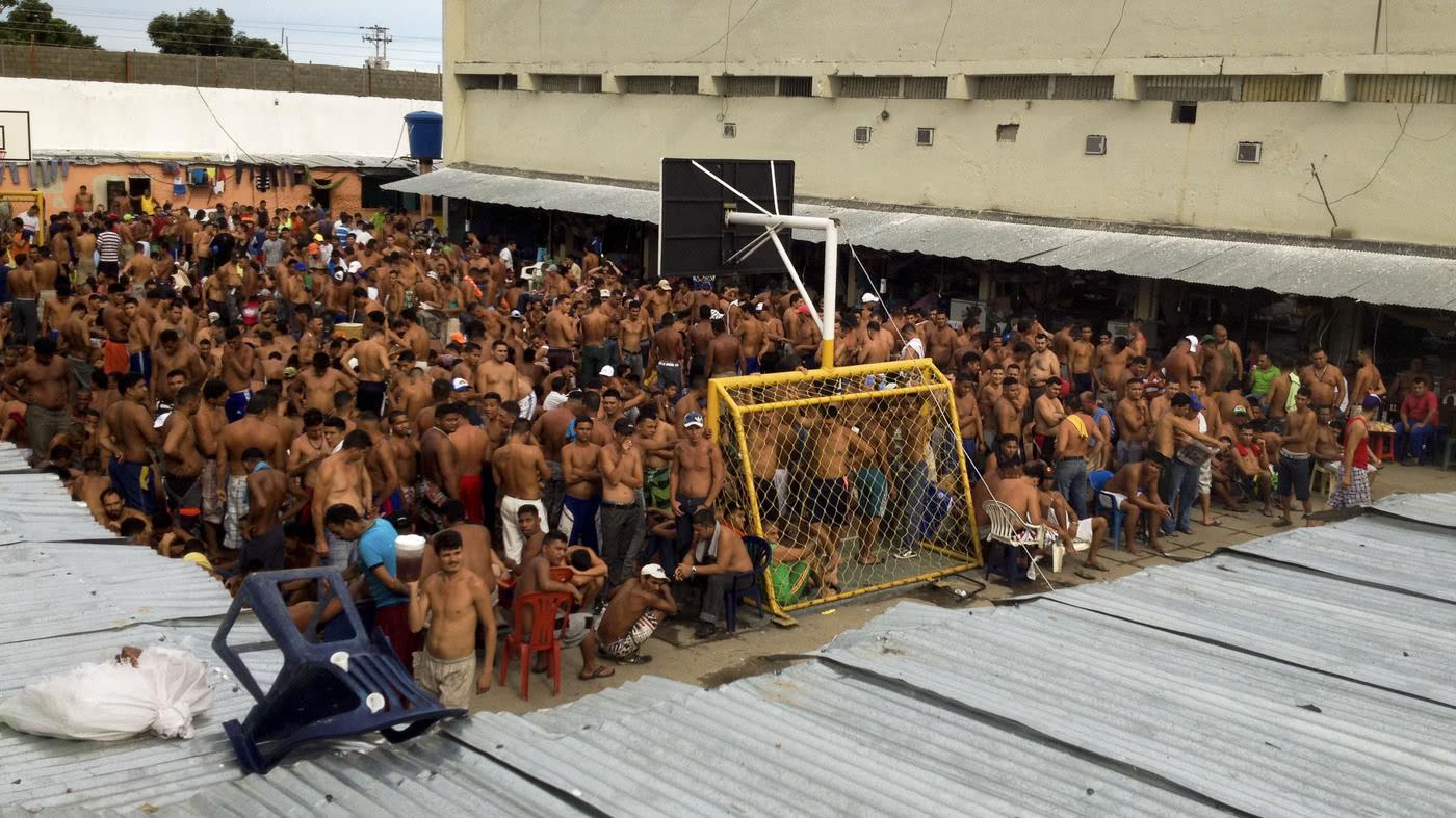 社交网络上的委内瑞拉监狱图片 普拉多声称,当地囚犯数天来一直抗议,拒绝被转移至偏远地区的监狱收押,因为将无法与亲属见面。 有批评人士称,委内瑞拉全国大约30座监狱都处在超额运行中,共收押5.7万囚犯。其中不乏走私毒品与武器的帮派份子。