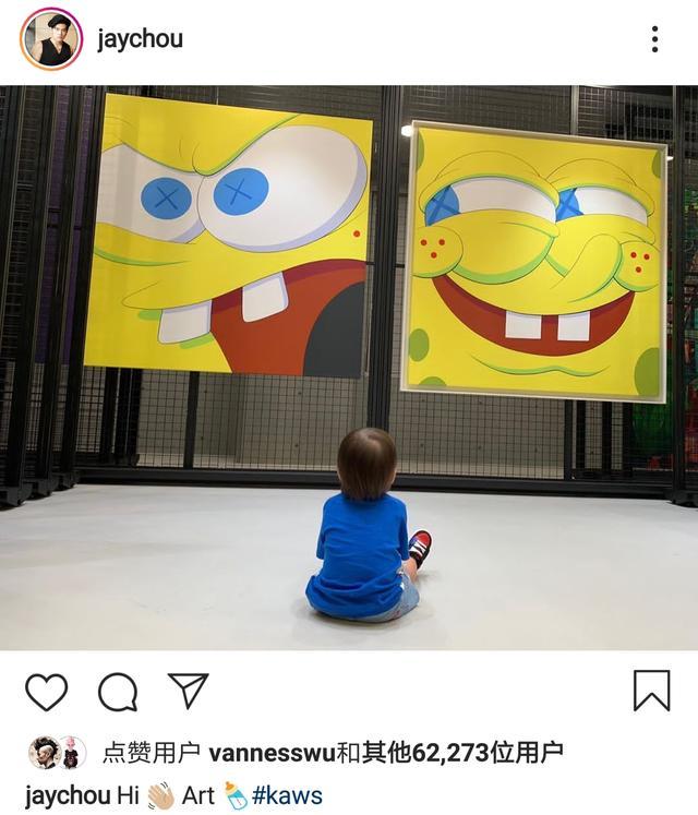 周杰伦晒儿子坐地上看画展从小培养艺术细胞,后脑勺和姐姐神相似