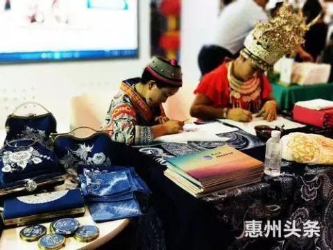 """让世界认识""""惠州蓝""""!惠州蜡染作品惊艳文博会"""