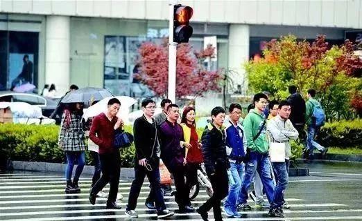 新疆首个多元智慧斑马线系统在乌鲁木齐市人民路亮相,人走斑马线路面会发光