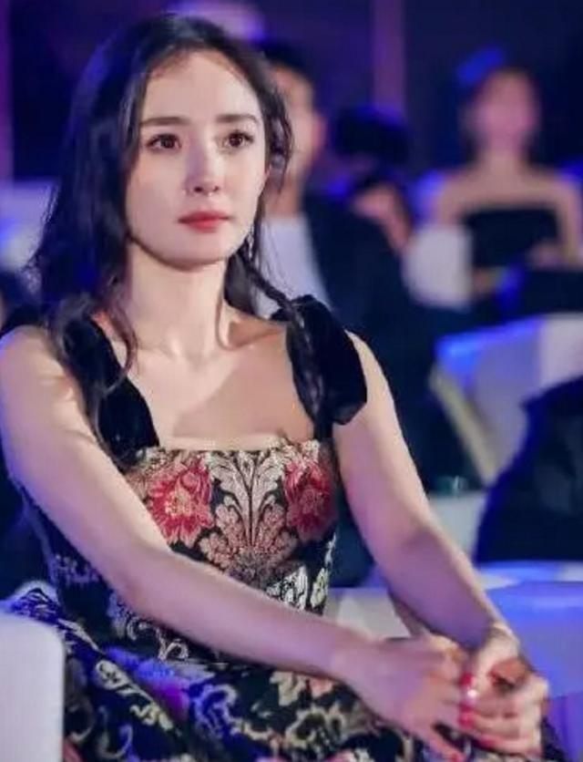杨幂首登央视《新闻联播》,短短3秒钟镜头被粉丝一眼认出