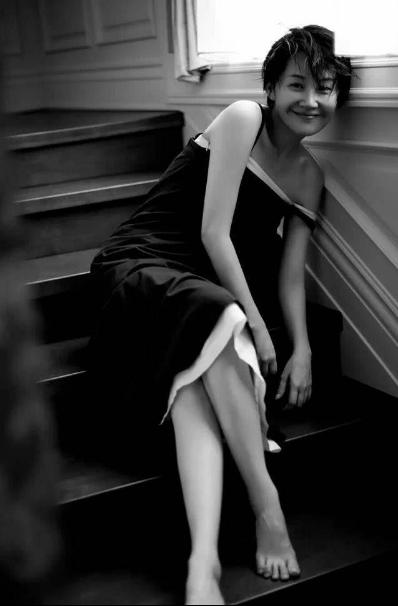 50岁许晴近照好美,皮肤白皙,腿又长又细 作者: 来源:猫眼娱乐V