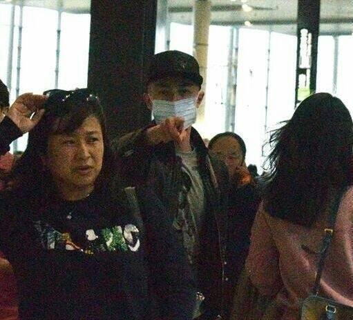 霍建华坐飞机回台北,发现路人拍照将其教导了一番,还反遭顶嘴