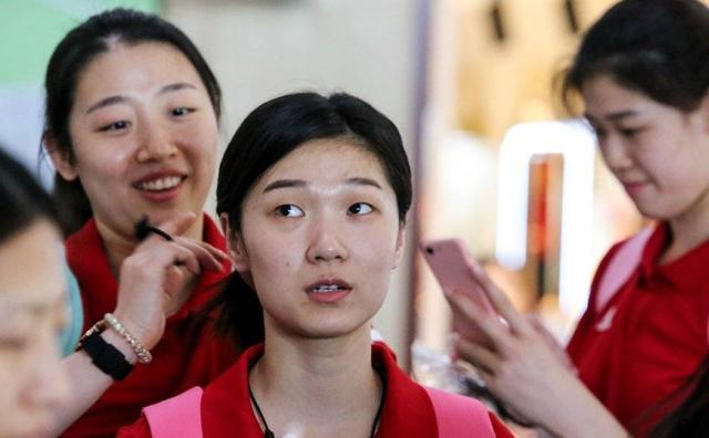 原创中国女排出征澳门站,机场美图释出,姚迪满面笑容,朱婷越发美了