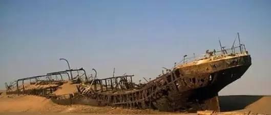 沙漠现身锈迹斑斑的沉船,水管里藏着满满的金币