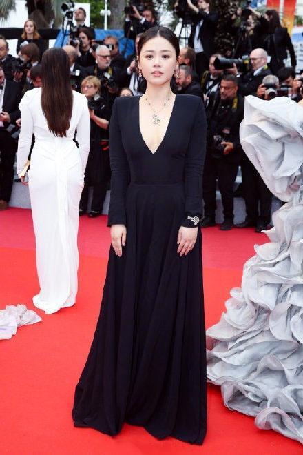 原创马思纯戛纳红毯大秀性感,外媒镜头下却显胖,看她穿旗袍就知道了