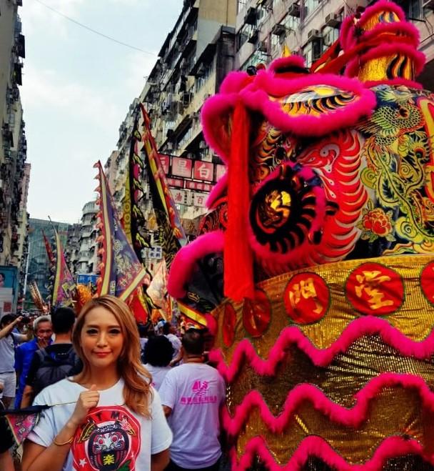 林雅诗与巨型醒狮一起巡游