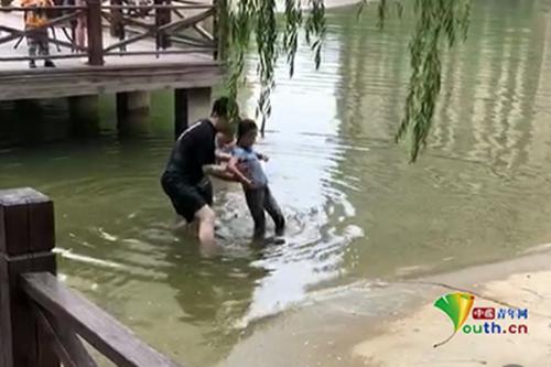 6岁女童意外落水 民警救人负伤称不后悔