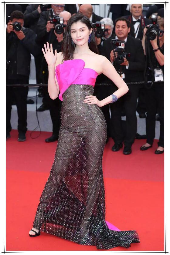 超模也有55身?何穗穿透视裙完全暴露身材缺陷,腿粗腰圆丑态尽显