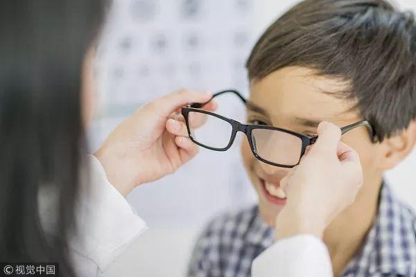 """近视已成小学""""标配""""?家有小眼镜,家长们怎么能淡定……"""