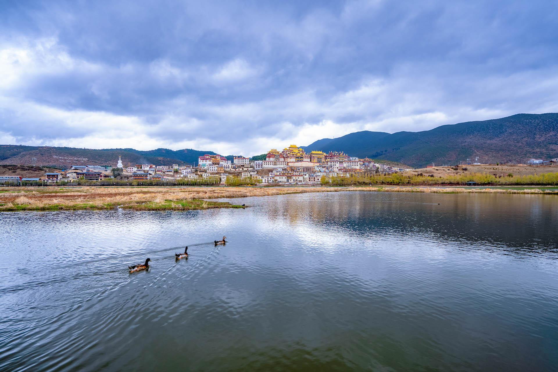 """这座高原寺院是云南最大藏传佛寺,庄严壮美,?#24576;啤?#23567;布达拉宫"""""""