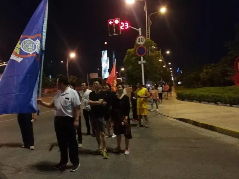 """如东30多名健身爱好者参加""""相约广场,徒步新区""""户外夜跑活动"""