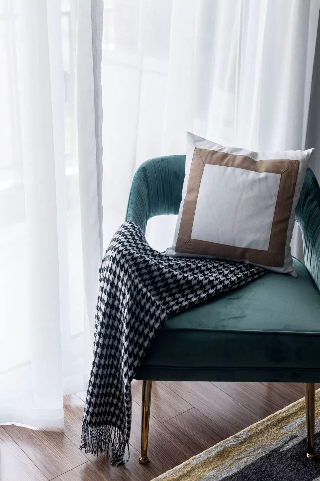 沙发墙以素净的灰绿色为主,摆上几个活力抱枕,黑,白大小台面的茶几两