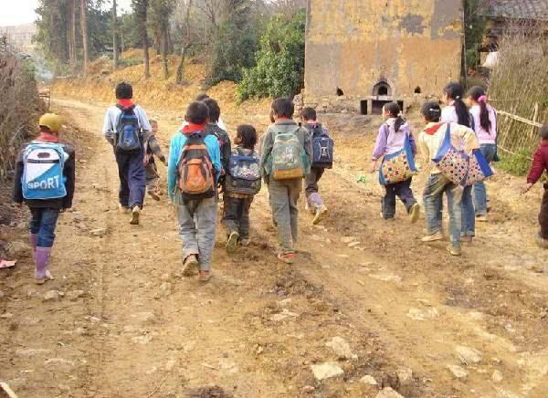 原创为什么很多出身贫寒的孩子,在农村成绩很好,一到城市就很差了?