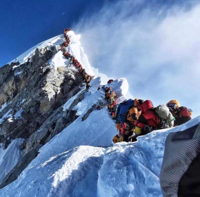 """登珠峰遭遇""""交通拥堵""""致多名登山者丧生"""