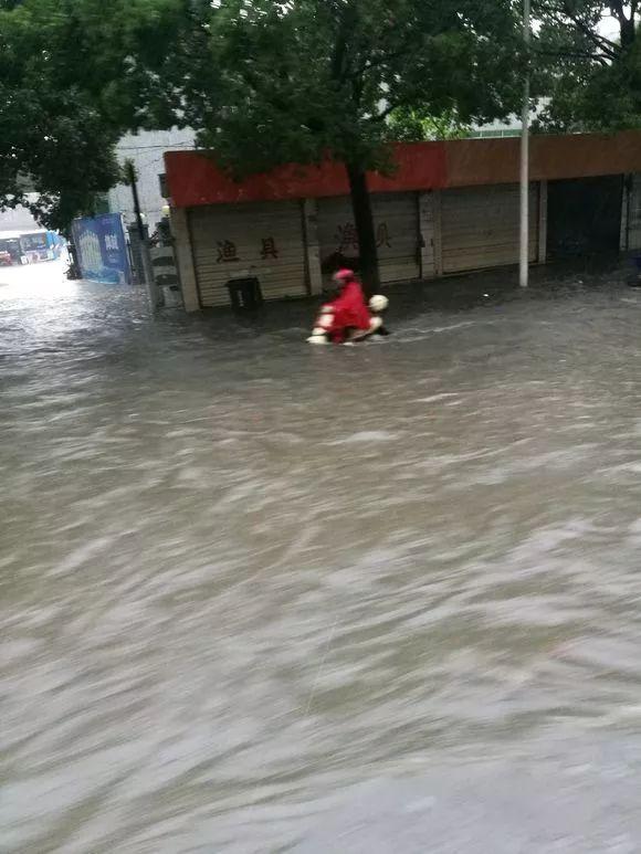 安庆暴雨袭城,2人不幸溺亡!紧急救援启动!风雨中,这些感人瞬间,温暖了每一个人……