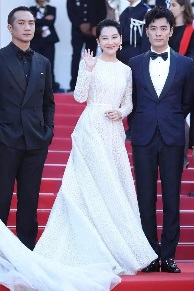 刘翔29岁前妻葛天高调亮相戛纳,同穿拖尾白裙竟比50岁许晴还惊艳