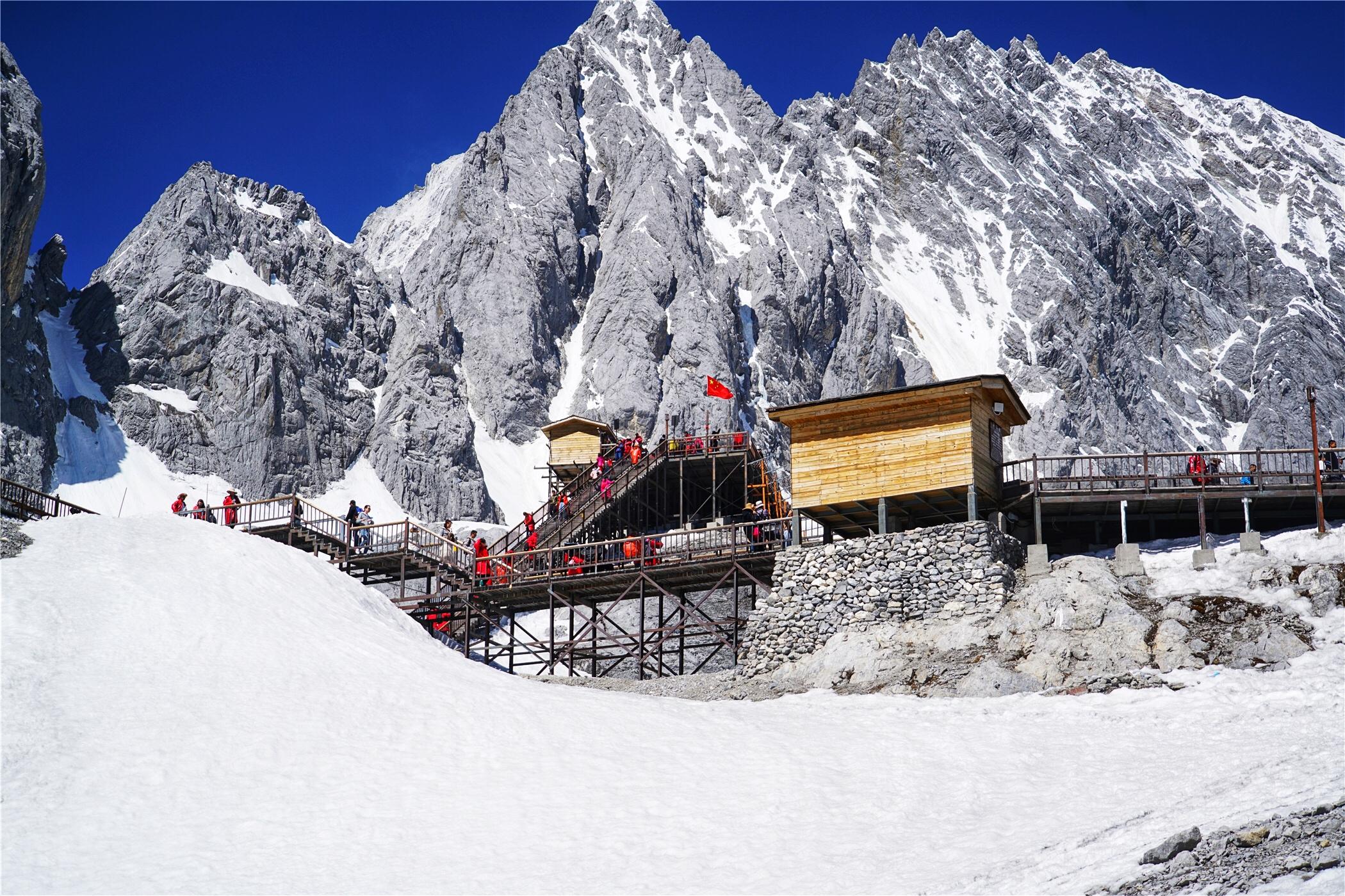 玉龙雪山海拔高度_北半球海拔最高的山峰在丽江,是纳西人心目中的神山_雪山