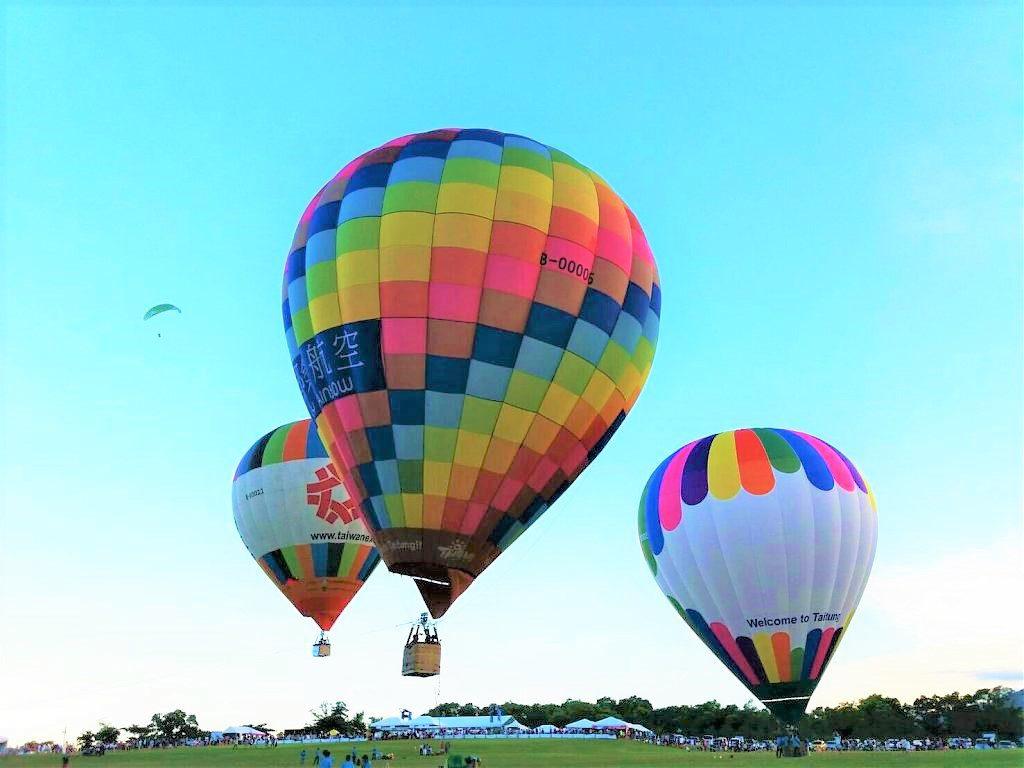 热气球的飞行原理_热气球情侣飞行卡通画