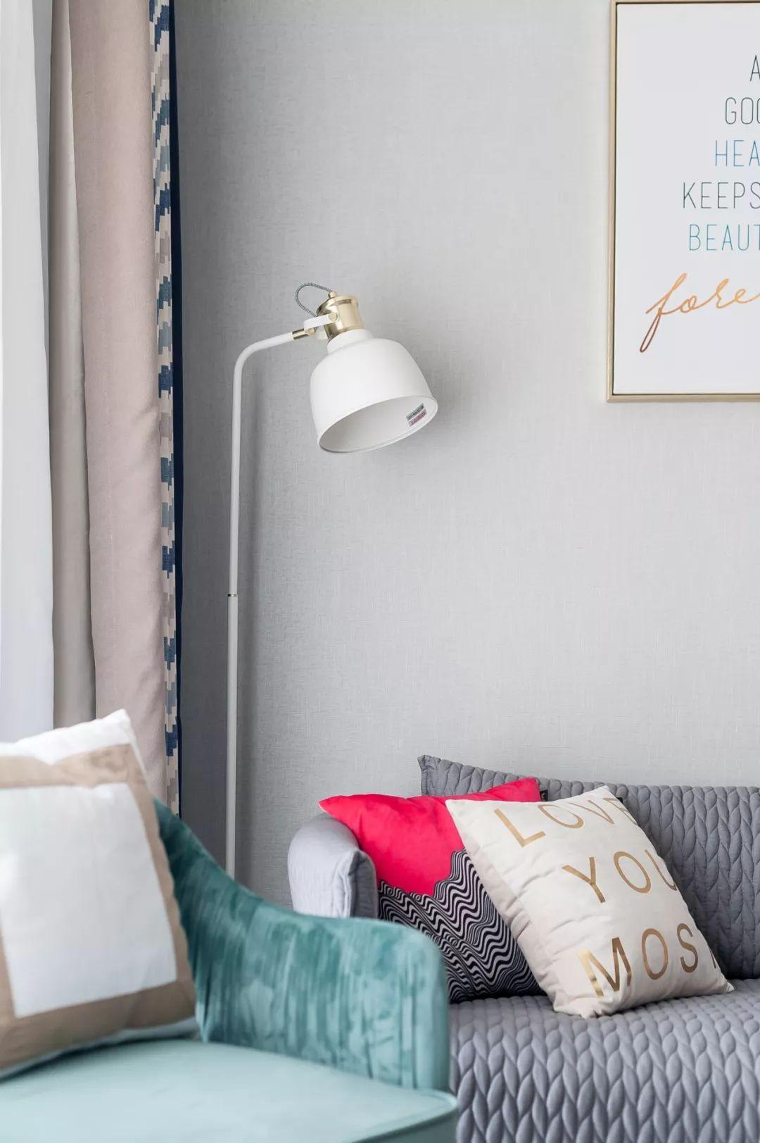 沙发墙以素净的灰绿色为主,摆上几个活力抱枕,黑,白大小台面的茶几