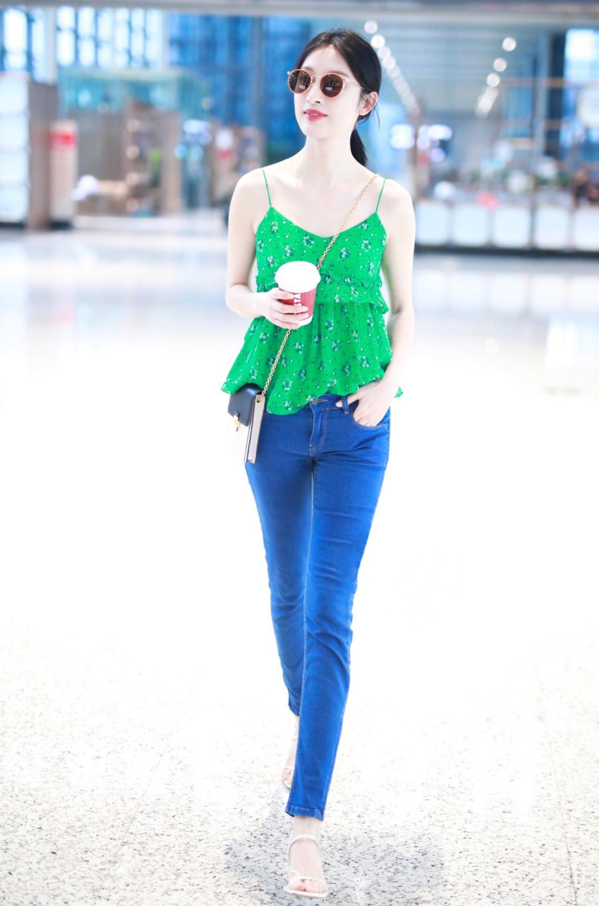 张俪终于低调一回,穿两百块牛仔裤走机场,搭碎花背心清凉又时髦