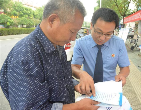 检察在行动 唐河检察官走上街头宣传防范金融诈骗知识